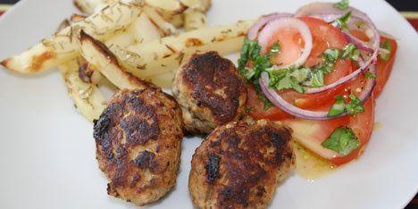 Dette er alletiders opskrift på græske frikadeller og hjemmelavede kartoffelstave.