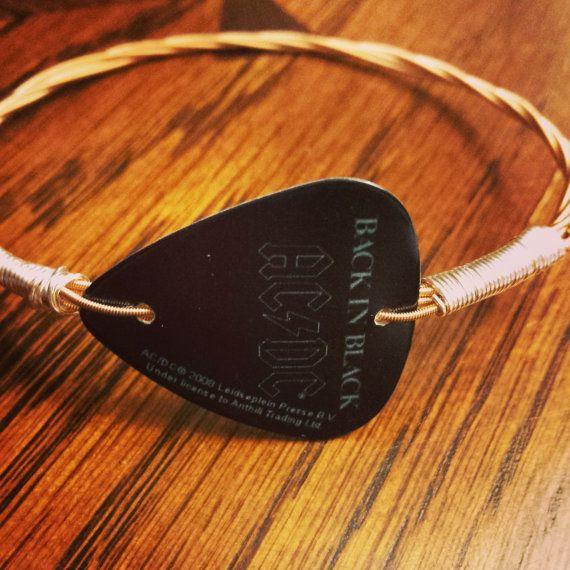 With a ACDC guitar pick and wire - Con una púa de guitarra y alambre por JRWJewelryCreations. Transforma esta idea base en otras posibilidades.