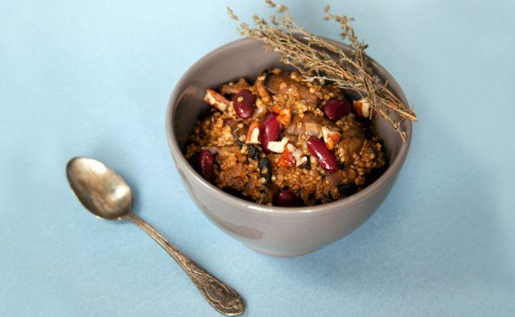 Dit Mexicaanse bonengerecht met quinoa krijgt door toevoegen van de champignons (of andere paddenstoelen!) een aangenaam hersttintje.