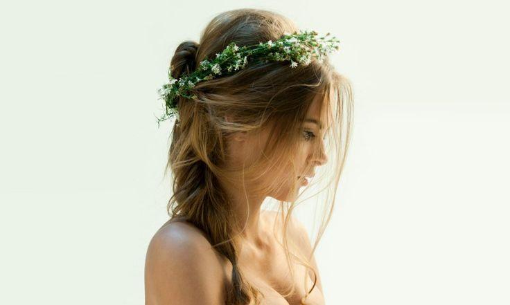 Лето – стрессовый период для волос. Жаркое солнце сушит и обезвоживает волосы, локоны становятся тусклыми, прическа не держит объем.Ничего не поделаешь, придется в этот период отказаться от пышных причесок и перейти на «щадящий режим» для волосяного покрова. Причины разрушения волос: Недостаток аминокислот приводит к ломкости и тусклости; — уничтожение солнечным излучением жирового защитного слоя луковицы […]
