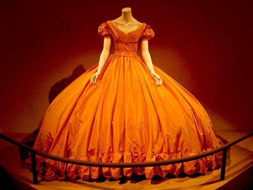 Expo A Sala Real mostra aspectos da realeza de Mônaco, incluindo a reprodução de uma mesa de banquete, as joias da coroa e uma belíssima parede com reproduções de capas de revistas estrelando Grace Kelly.