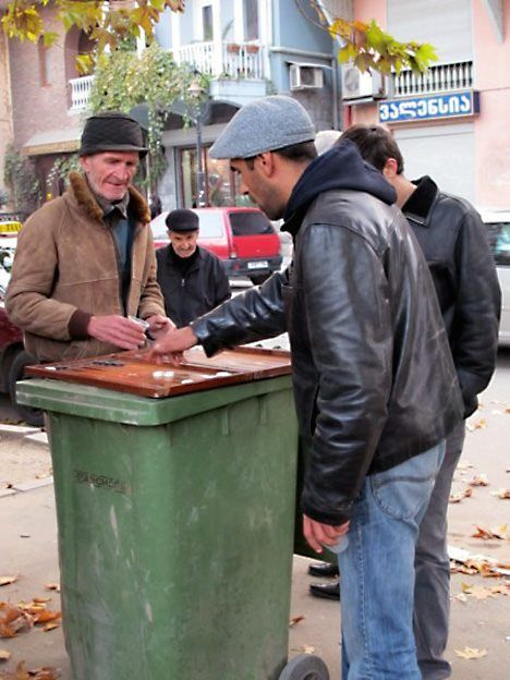 Street backgammon - you use what you can... Online backgammon   http://bit.ly/plgmnl