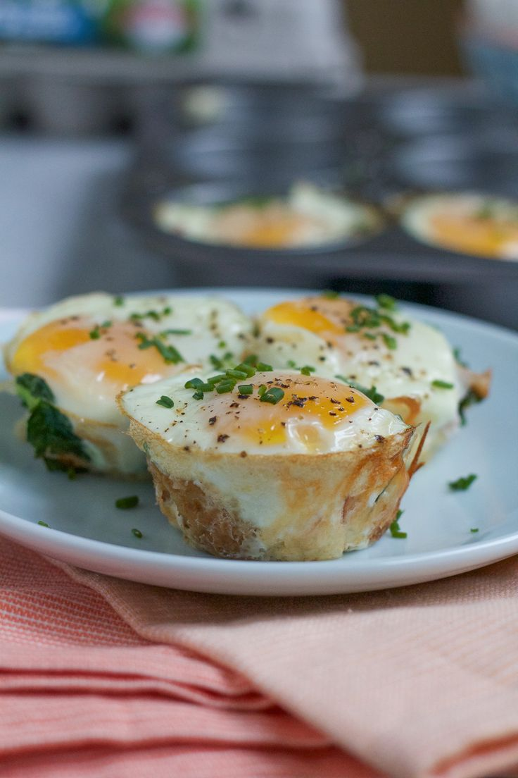 Baked Egg Tater Tot Muffins! Delicious, savory muffins packed with spinach, ham, crispy tater tots and a baked egg on top! Great for breakfast on the go! Your family is going to love these!