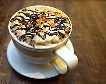 Espresso con crema batida y naranja.