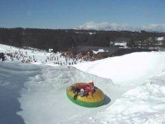 私は家族でスキーに行くんだけどスキーって結構お金かかるんですよね(;) そんな時は群馬県の北軽井沢にある軽井沢スノーパークは格安でスキーを楽しめるからオススメ ここのスキー場はリフト券がとにかく安くてリフト券だけですべて遊べちゃうのが特徴です スキーをしない子どもは雪遊び専用のチケットを買えば割安になりますよ() 駐車場が無料なのも嬉しいです tags[群馬県]