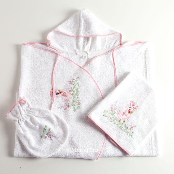 Set da bagno per il neonato composto da un accappatoio, un asciughino e una manopola confezionati in spugna di puro cotone, ricamati a mano con motivo papere e fiorellini