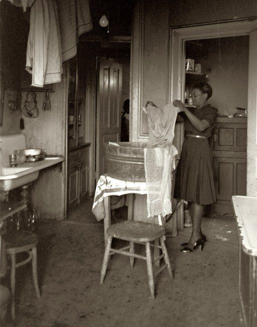 April 1941. Washday in South Side Chicago. 35mm safety negative by Russell Lee for the Resettlement Administration.