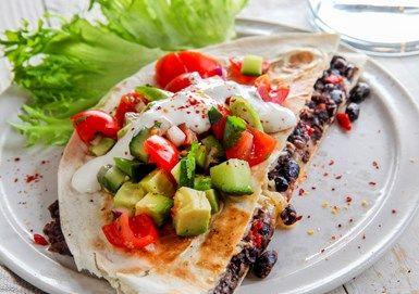 Quesadillas med svarta bönor och tomatsallad