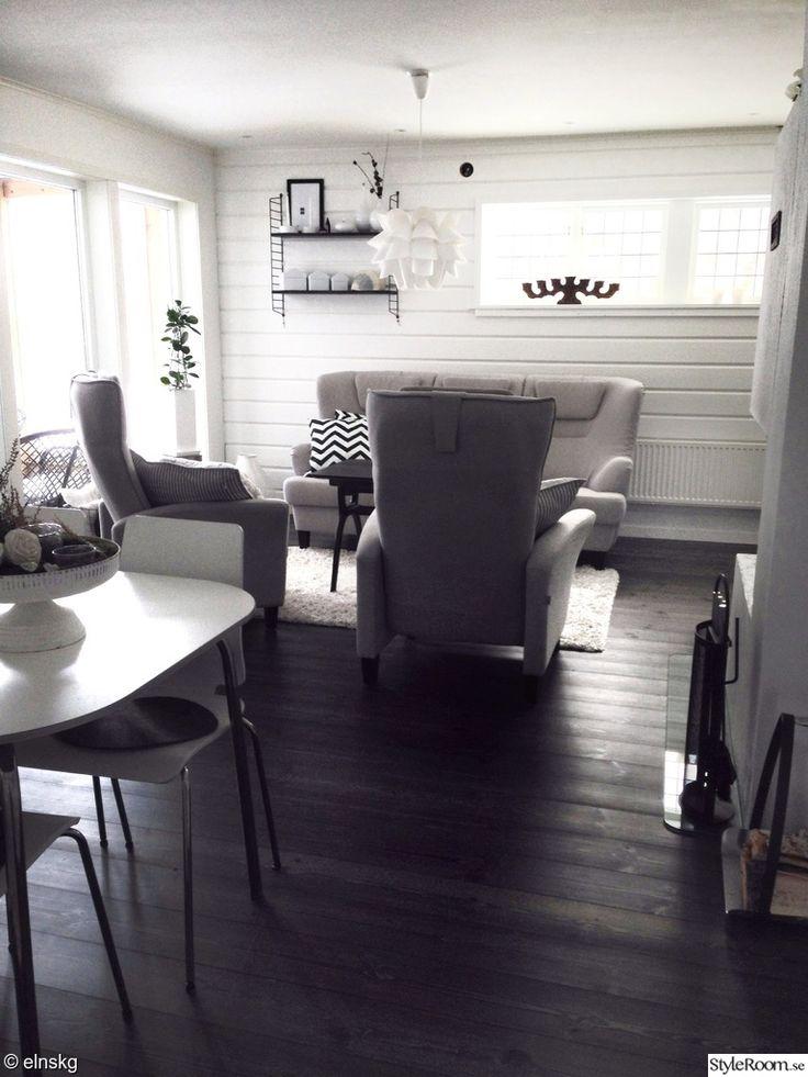 vardagsrum,soffa,fåtölj,fåtöljer,trägolv,panel,träpanel,timmer,timmerpanel,stora fönster,bord,stolar,matplats,soffgrupp