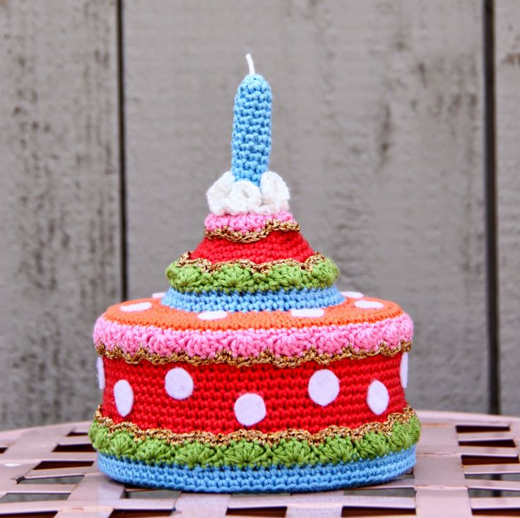 I want this cake for my birthday! Free pattern, in Dutch, by Ak at home. ♥