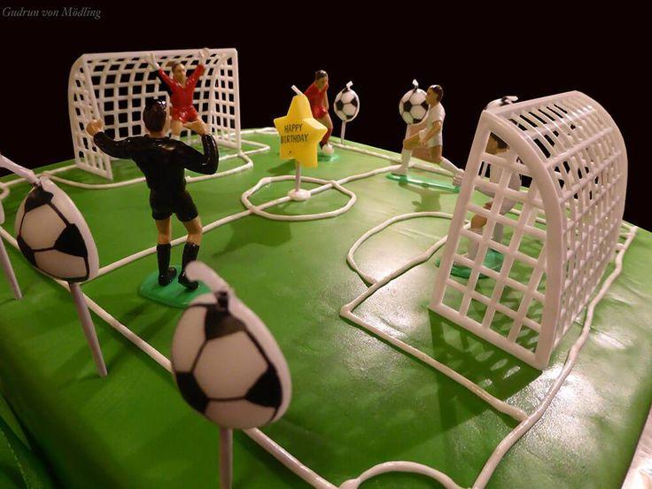 Der Sohn meiner Arbeitskollegin wurde 8 Jahre alt :-) Und da dieser Fussball Fan ist – lag es nahe ihm eine Torte in der Form eines Fußballfeldes zu machen. Die jenigen die mich schon kennen,…