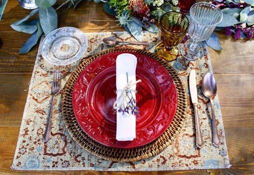 Montaje de mesa para boda ecléctico. Nos encanta mezclar colores, texturas, tejidos y prints. ¿Te imaginas una boda ecléctica en la que cada invitado tiene un mantel individual distinto?