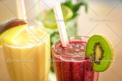 Owocowe smoothies. Są takie cukry, które są zdrowe. Kiwi, banan, jabłko, jagody.
