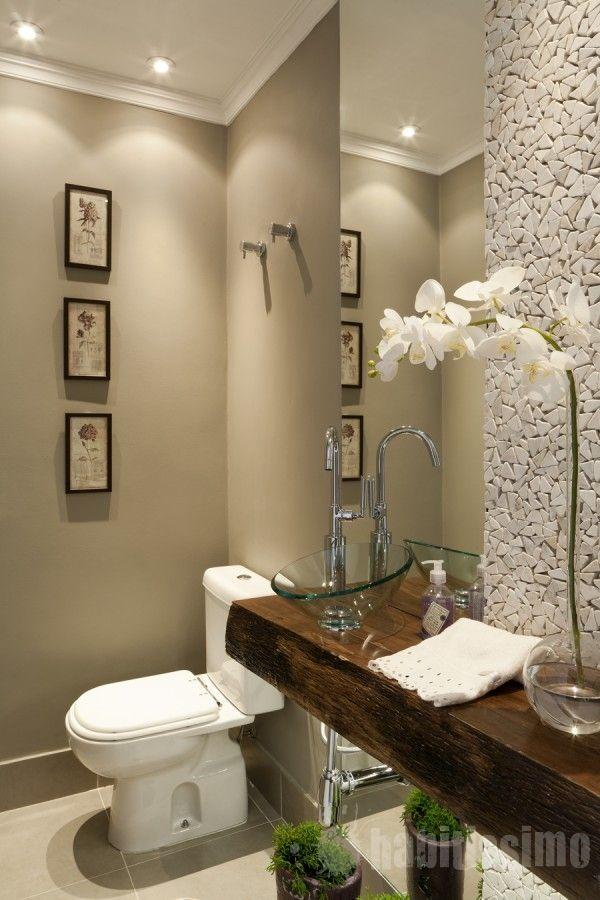 Um tampo de pia em Madeira de Demolição, Quadrinhos e Pedras na parede, dão sofisticação ao banheiro!