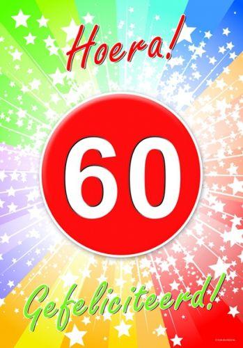 60 jaar verjaardag deurposter A2 formaat 59 x 42 cm. Deurposter 60 jaar met de tekst: Hoera gefeliciteerd. Deze poster kunt u op het raam of op de deur hangen.