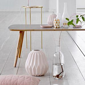 Vase en porcelaine rose p�le avec relief Bloomingville