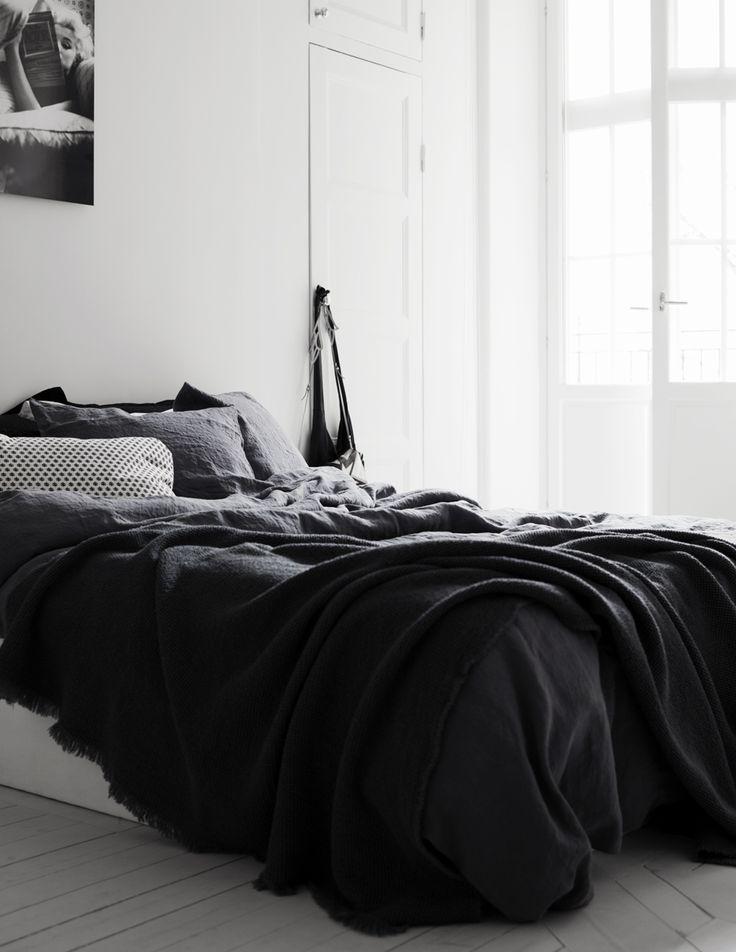 Mon lit a couverture noir.
