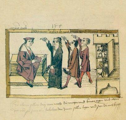 """Die Eicher  Die Ratsmitglieder """"Hermann Decker"""", """"Hans Ihen"""" und """"Klaus Heyn"""" waren für das Eichen von Holz- und Zinngefäßen zuständig. Im aufgeklappten Schrank steht eine Waage mit Gewichten, darunter liegen zwei Stempel: """"Nämlich ein Geißfuß, auf dem andern das Volcacher Zeichen zu den Kanten ein f"""". Damit wurden die geeichten Gefäße gekennzeichnet."""
