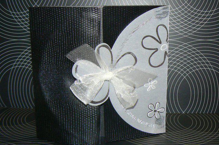 Wenskaart  - Witte bloemen op kalk met strik gerecycleerd uit trouwkaarten boek