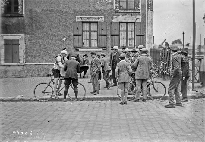 Gisors, 23/07/1924, Ciaccheri (Italie), Charvat (Tchécoslovaquie) à gauche, course cycliste sur route comptant pour les Jeux Olympiques | Photographie de presse : Agence Rol