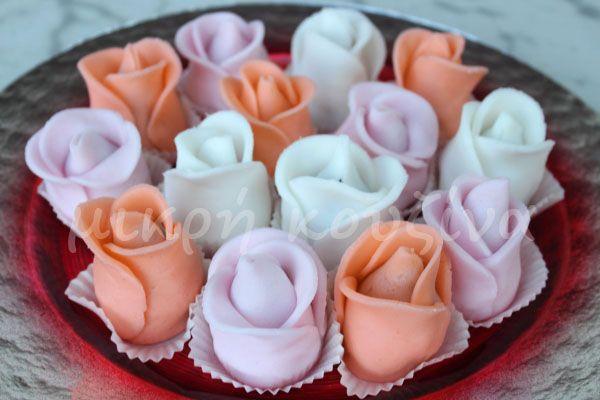 μικρή κουζίνα: Πώς να φτιάξετε τριαντάφυλλα με ζαχαρόπαστα, πάνω σε τρουφάκια