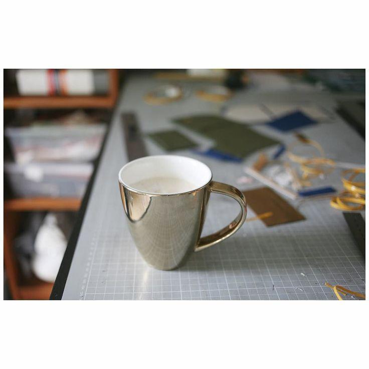 guten morgen! ich liebe kaffee am besten frisch gemahlen und aus meiner goldenen tasse. da ich von zuhause arbeite gehe ich nach dem frühstück meist sofort in mein Arbeitszimmer. heute hat @alexbender_berlin aber frei und ich genieße das schöne wetter! ihr hoffentlich auch? #happy #weekend #coffee #coffeetime #diedawandamacher #dawanda #morgen #kaffee #atelier #alexbender #golden