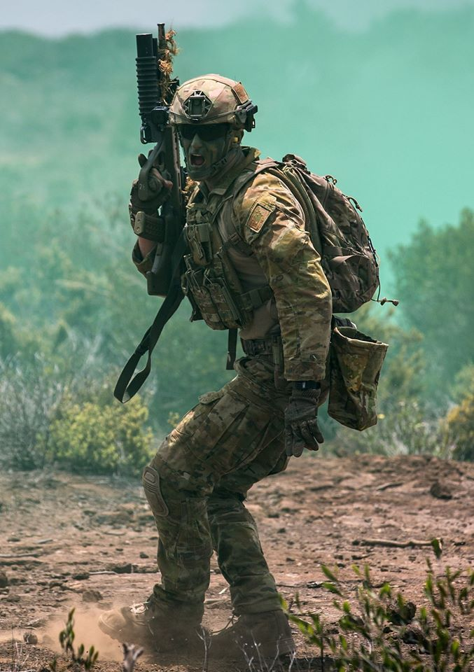 An Australian soldier from The 2 RAR Reconnaissance Platoon shouts instructions during a break contact drill conducted at the Pohakuloa training area for Exercise Rim of the Pacific 2016.
