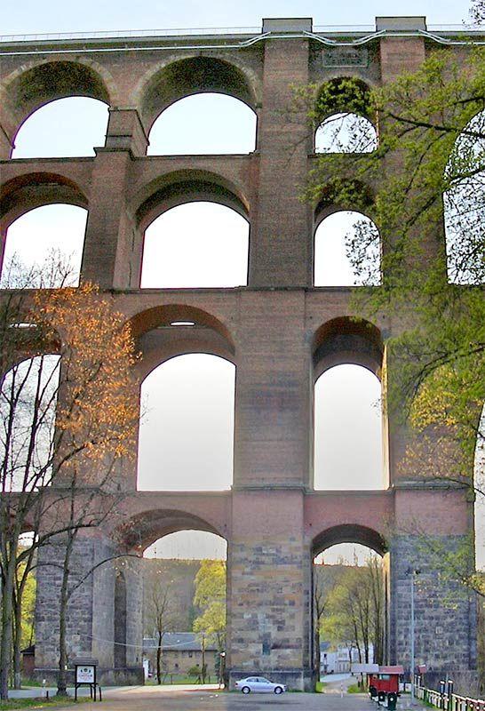 Göltzschtalbrücke Größenvergleich mit Auto - Göltzsch Viaduct - Wikipedia, the free encyclopedia