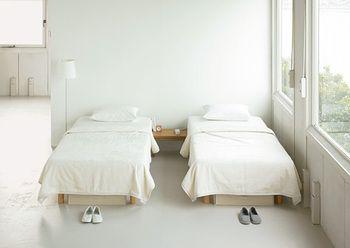 子供用ベッドは、コンパクトな脚付きマットレスもおすすめ! ホワイトで統一した、清潔感溢れるベッドルームは、 ゲストルームにしても良さそうです♪