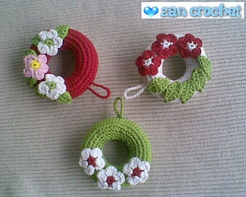 This amigurumi wreath ornament is good for Christmas decoration. You can hang it on your Christmas tree or any place you like. This little w...
