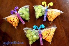 Süße Mitgebsel für einen Kindergeburtstag mit durchsichtigen Brottüten, Wäscheklammer, Weintrauben und etwas Süßem