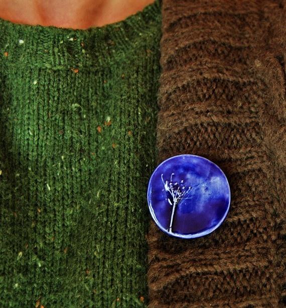 I love Anastasia's brooches :)