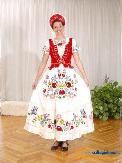 Gyönyörű kalocsai viselet. Hímzett szoknya és blúz, piros mellény sújtással és párta.