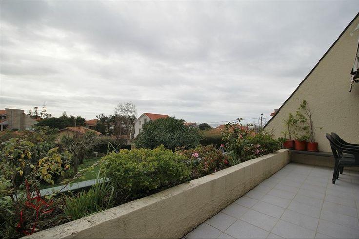 Apartamento T3 muito bem localizado na Praia da Granja em zona residencial tranquila, a 300m da praia, 500m da Estação de Caminhos de Ferro e junto aos principais acessos que ligam a Espinho e ao Porto.