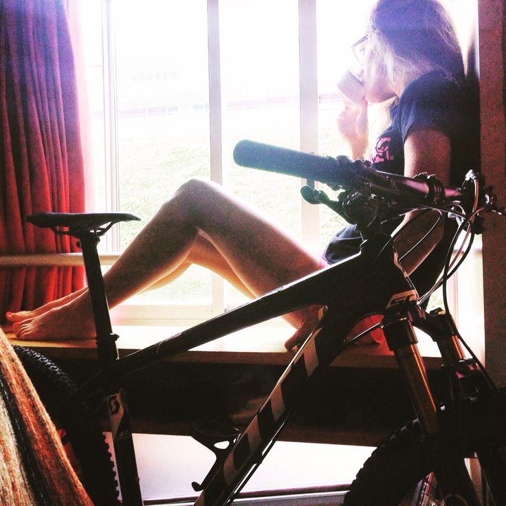 Good coffe to start the day with my bike.  Un buon caffè per iniziare la giornata in compagnia della mia bici. #goodmorning#coffe#bike#mountainbike#scott#girlrider#girlcyclist