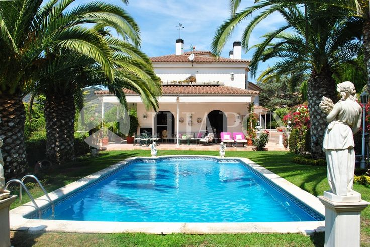 Magnificent house of 750m² with a plot area of 1800m² in Cabrils, constructed and designed in a classical-style.