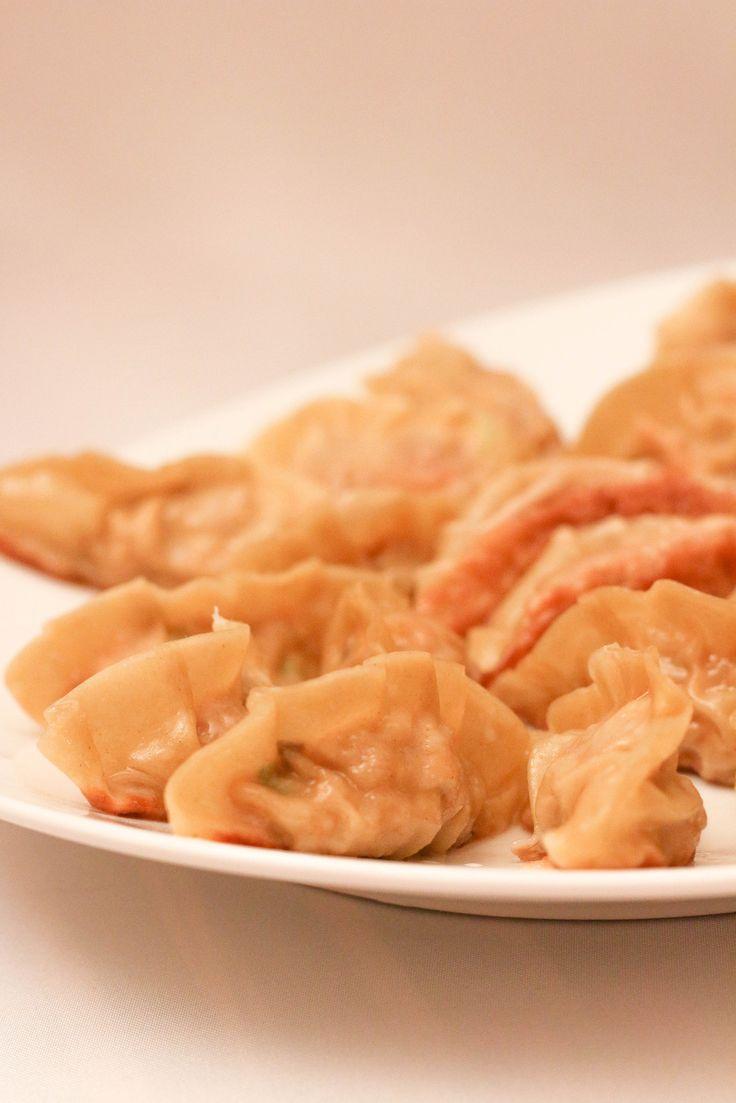 Pour 30 raviolis Préparation : 45 minutes Cuisson : 15 minutes Pour les raviolis grillés : · 350g de viande de porc hachée · 90g de chou chinois ciselé · 1 carotte râpé · 2 oignons verts émincés · 2 c à c de gingembre frais râpé · 1 œuf légèrement battu...