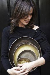 Servies in keramiek Pure by Pascale Naessens Dit prachtige servies Pure werd ontworpen door Pascale Naessens. Vervaardigd in keramiek in groene, bruine en grijze tinten. Het servies bestaat uit ronde borden, ovale borden, kleine en grote kommen, kopjes en schalen. € 14,50-
