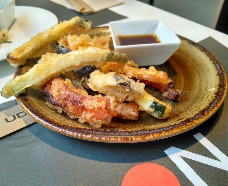 Cuando nació el Udon, la idea de abrir un restaurante japonés que no sirviera sushi parecía una locura. El tiempo ha demostrado que sus propietarios no se equivocaban cuando apostaron por este concepto de Slow Fast Food: una base de udon (tallarines japoneses) con diferentes acompañamientos y una gran relación calidad-precio.  En el segundo establecimiento de comida rápida japonesa en nuestra tierra, sirven deprisa pero con mucha amabilidad. Podéis comer todo tipo de fideos: los soba…