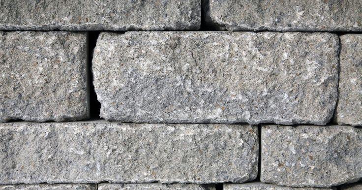 Como construir um muro de pedra de retenção. Muros de pedra de retenção oferecem definição e contraste textural a uma paisagem e ajudam a resolver problemas de drenagem e erosão. Você pode construir um muro de pedra para adicionar canteiros escalonados a uma ladeira. A instalação de um muro de retenção com pedras de calçada implica o estabelecimento de uma forte base para suportar a parede e ...