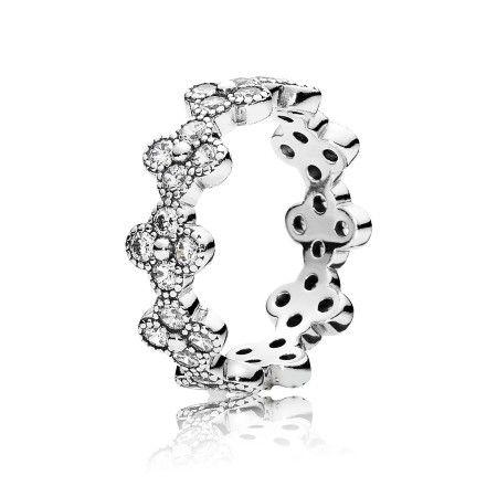 Este delicado anel é feito de uma linha de belas formas florais em prata com pedras brilhantes em destaque. Suaexpressão minimalista e contas decorativas trarão detalhes atraentes a qualquer anel – combine vários anéis e enfeite suas mãos com um buquê abstrato de flores.