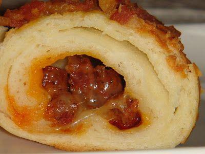 Nem vagyok mesterszakács: Szilveszteri menüajánlat: kolbászos-sajtos töltött kiflik bacon és parmezán morzsával