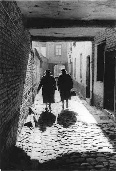 ene Prachtege tegeleechfoto vaan fotograaf Frans Lahaye (* 1909 - † 1983).  Twie medamme loupe via d'n doorgaank vaan de Herbenusstraot naor de Brusselsestraot. 't Is veurziechteg loupe op die kinderköpkes; de höbs zoe d 'ne inkel verstoek...