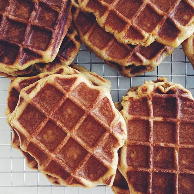 I made waffles and they are delicious  #vegan #livesimple #storyofmytable #waffles  #veganbaker #bakeitgood #makeitdelicious #beautifulcuisines #delicious #vegansofig  #veganbaking #whatveganseat #baking #feedfeed #thatsdarling #buzzfeast #veganfoodshare #lifeandthyme #f52grams #thehappynow #vscofood #thekitchn #belgianblogger #vegansofbelgium #heerlijkplantaardig #lekker #wafels