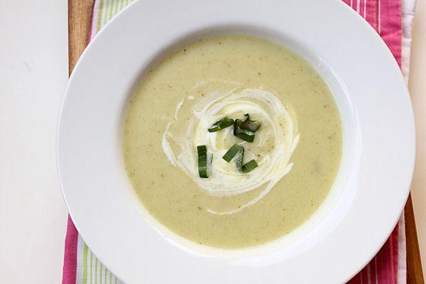 Üde zöld és savanykás: Medvehagymás-joghurtos zellerkrémleves
