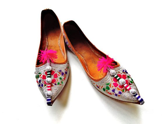 RESERVED Vintage Embroidered Pointed Toe Indian Shoes/ Size 7
