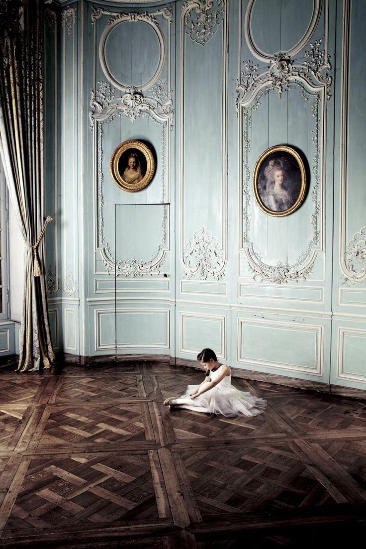 Dior Baby Dior ha abierto tienda en Puerto Banús, Marbella, no podía ser de otra manera, allí se concentra el lujo y el glamour de personalidades importantes, como jeques árabes, millonarios, actores, y turistas de lujo.  Son pequeños trajes de alta costura, preciosas telas de seda y