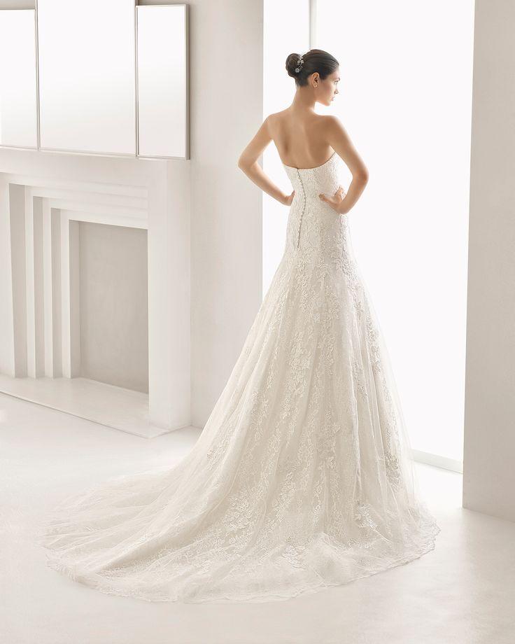 Vestido de novia corte recto de guipour y encaje pedrería y escote corazón, en color natural. Colección 2018 Rosa Clará.