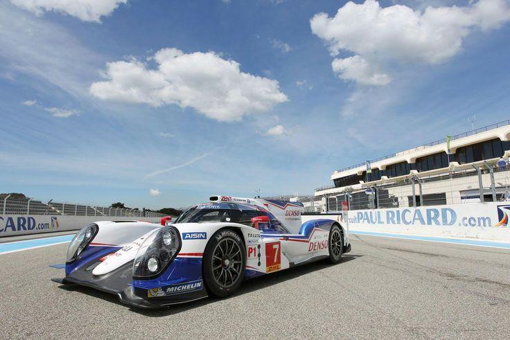 史上最高技術豐田賽車,Toyota TS040 Hybrid現身Paul Ricard Category: 國際汽車新聞 Published: 28 三月 2014 作者 Marty  為了備戰即將來臨的WEC世界耐久賽,繼昨天我們看到Porsche與Audi陣營的新賽車公開亮相之後,Toyota也在法國Paul Ricard賽道正式推出今年新賽車TS040 Hybrid。  在今年技術規則的變動下,TS040 Hybrid雖然是去年TS030 Hybrid的進化版,不過變動幅度可算是相當大。全新的空力套件設計,不但可有效降低25%油耗,同時也大幅強化賽車下壓力。動力系統搭載了3.7升V8自然進氣汽油引擎,可提供520hp最大馬力輸出,以及由位於前軸的AISIN AW與Denso電動馬達,以及Denso控制單元與Nisshinbo超級電容器所組成的混和動力系統,則可產生480hp最大馬力,因此可讓四輪擁有高達1000hp的綜效輸出性能。