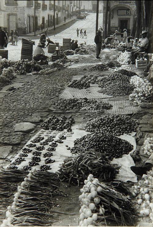 Antiguo México, Somos como Tú: #Nostalgia  #Mercado Callejero, por Henri Cartier-Bresson. #Mexico. 1964.